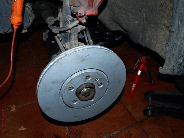 Cambiar los discos de freno de Volkswagen Golf 3.