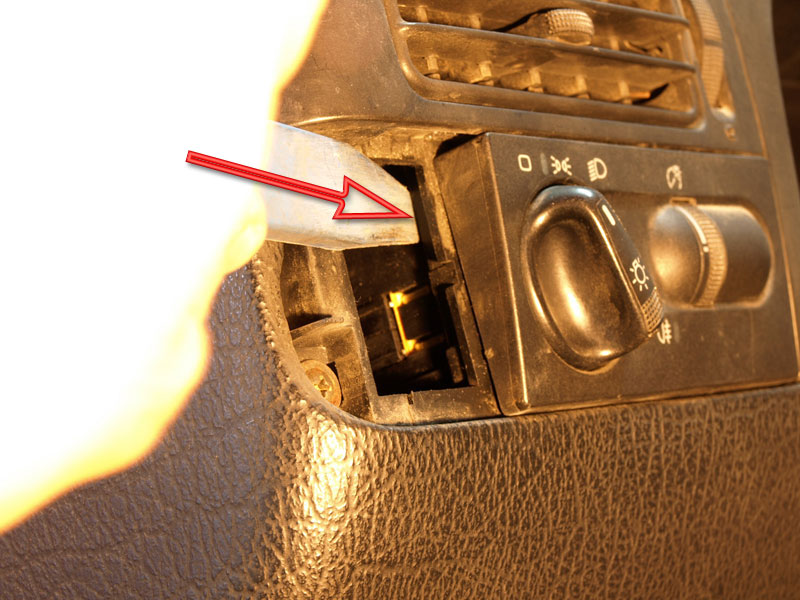 Desmontar el conmutador de luces del Volkswagen Golf 3