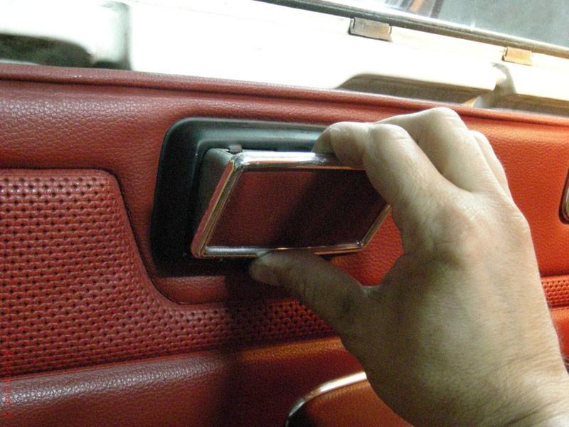 Desmontar revestimiento de puerta del Mercedes de la gama W115